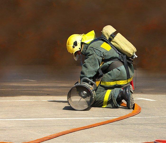un pompiere mentre utilizza una pompa