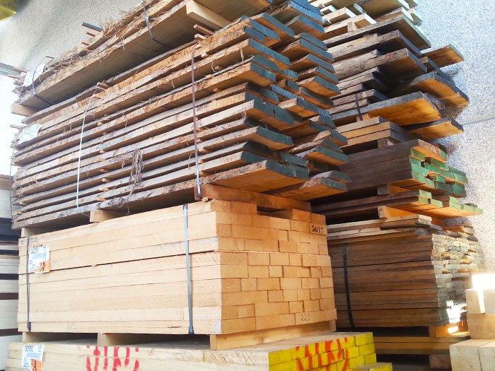 Tavole di legno impilati per forme