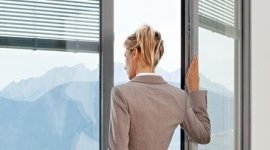 donna alla finestra, finestre con veneziane, veneziane avvolgibili