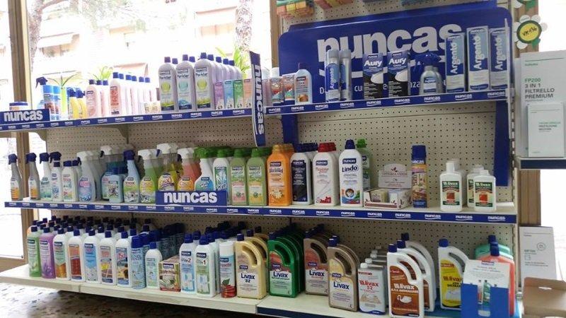 Uno scaffale con dei prodotti per le pulizie