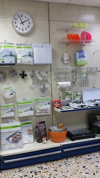 Dei fornelli elettrici e accessori per la cucina in esposizione