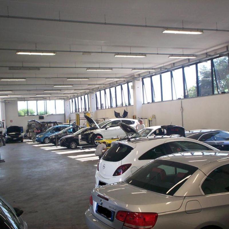 fila di macchine durante riparazione in una officina auto