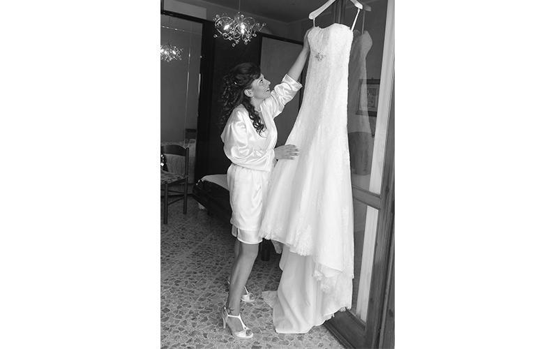 Sposa che ammira il suo vestito