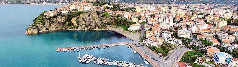 Vista panoramica di una città e di un porto