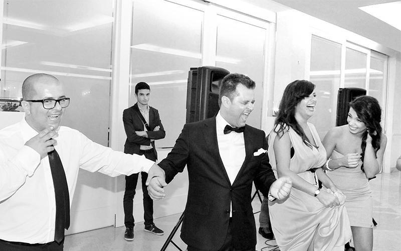 Genta che balla a un matrimonio