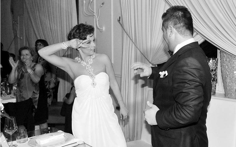 Una coppia di sposi mentre balla