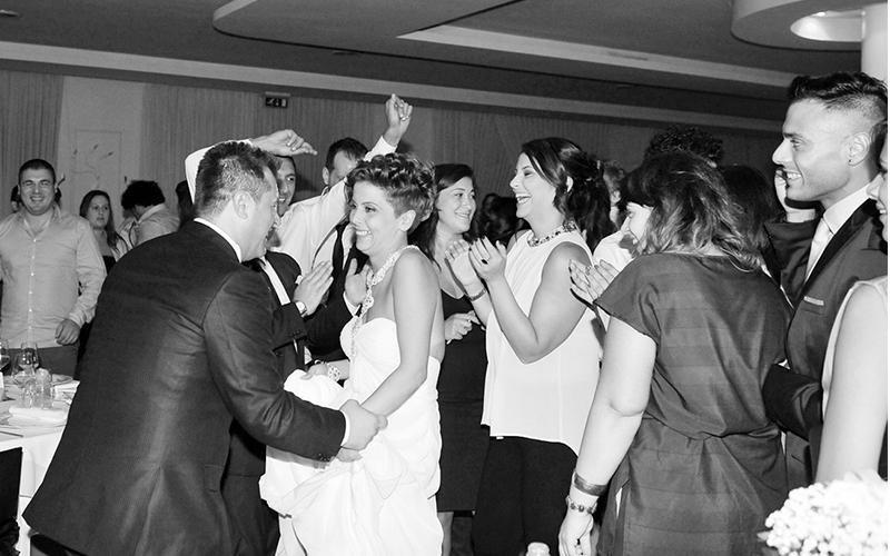 Persone che ballano ad un matrimonio
