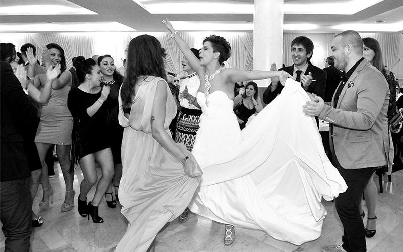 Persona che ballano ad un matrimonio
