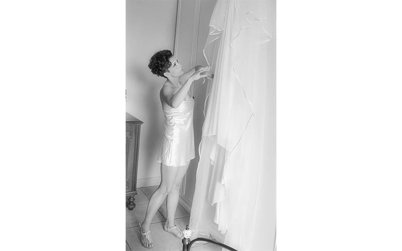 Giovane sposa mentre guarda il suo abito