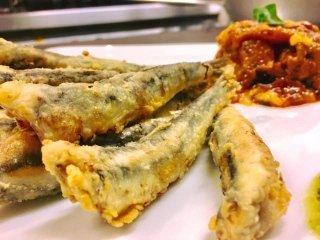 Alici fritte con caponata siciliana