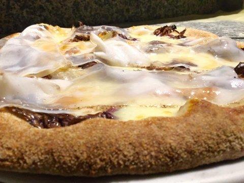 Pizza con impasto integrale e a lunga lievitazione - Bianca con mozzarella, radicchio-taleggio Dop-Lardo di Collonnata lgt