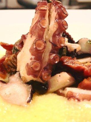 Tentacoli di Polpo croccante con polenta pomodori secchi e olive