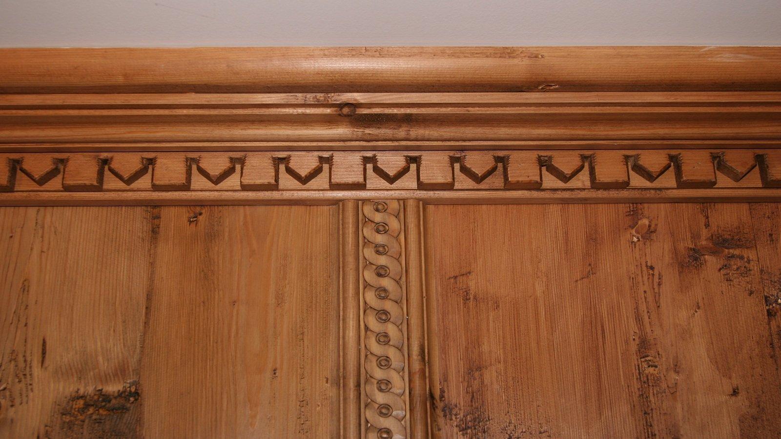 le finiture di un armadio in legno