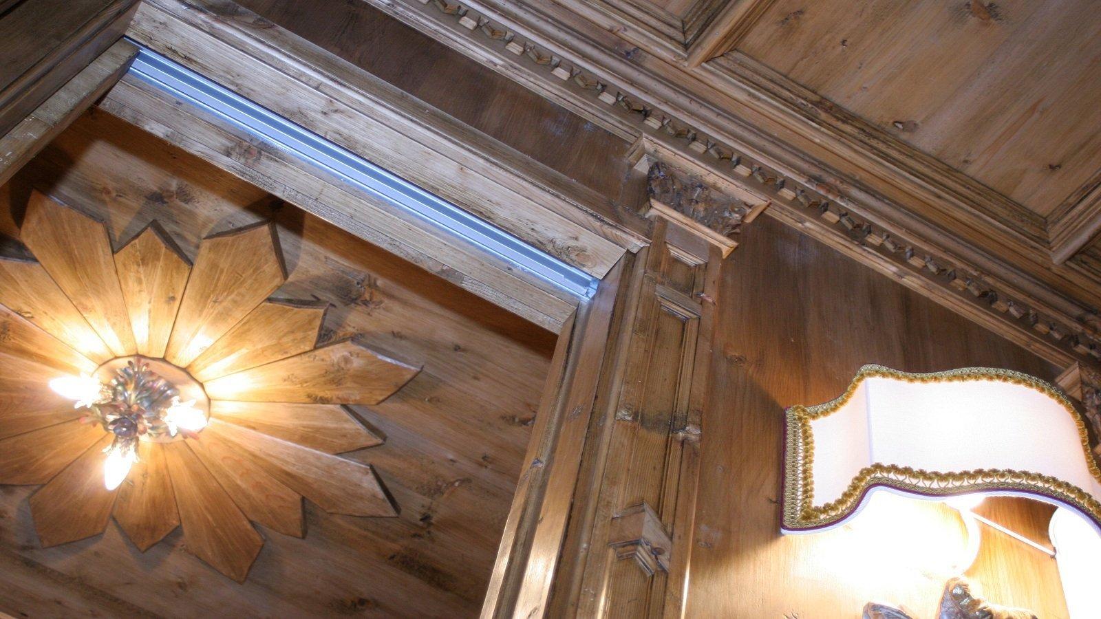 un soffitto in legno con delle applique