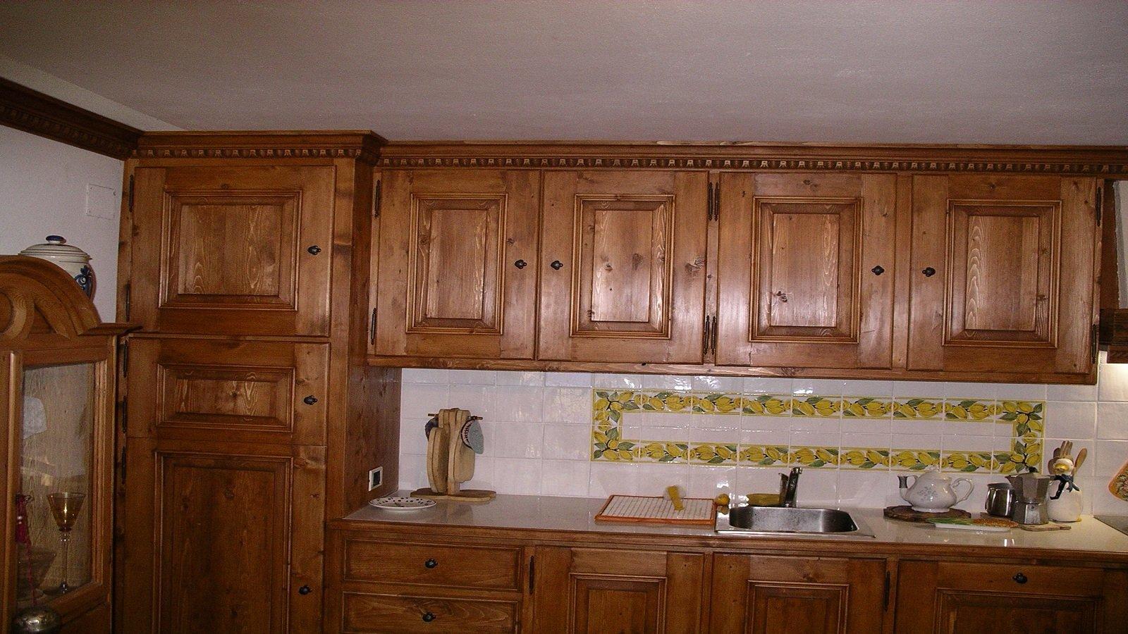 una cucina blocco con mobili in legno