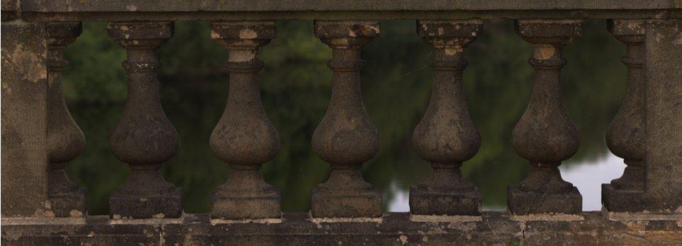 colonne realizzate in pietra pozzolana