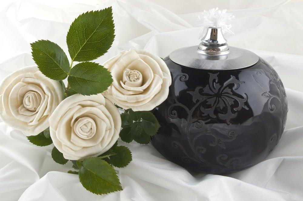 urna cineraria e decorazione floreale