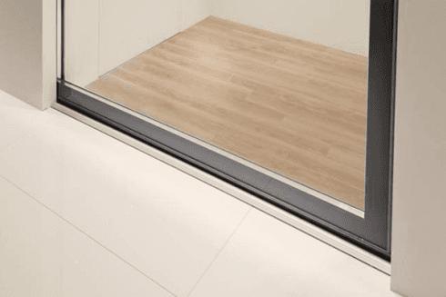 serramento scorrevole con guide nel muro