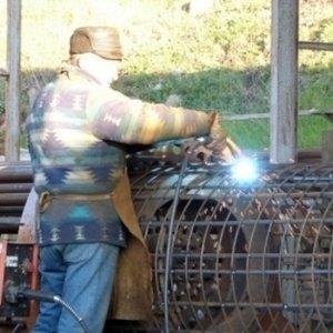 addetto impegnato nella saldatura e nella lavorazione del ferro