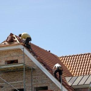 operai al lavoro su un tetto