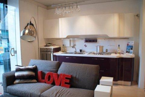 Divani Bianchi E Grigi : Monocromatico grigio e bianco con un decor di un salotto interno