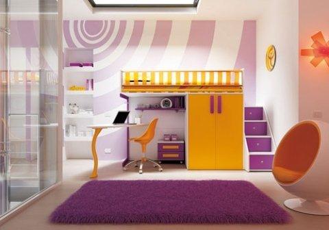 cameretta con mobili viola e gialli