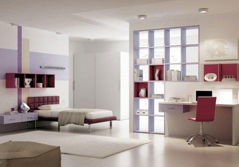 cameretta con mobili bianchi e angolo studio