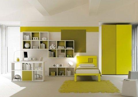 cameretta con mobili in legno giallo e bianco