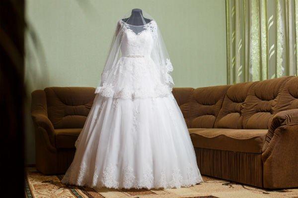 un abito da sposa su un manichino