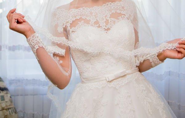 donna con velo e abito da sposa