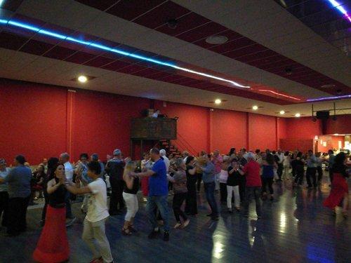 coppia danza in interno di una sala da ballo