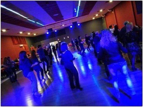 ragazzi mentre ballano in un bar con luce azzurra