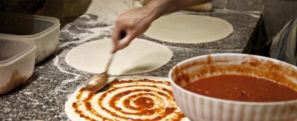 preparazione di una pizza margherita