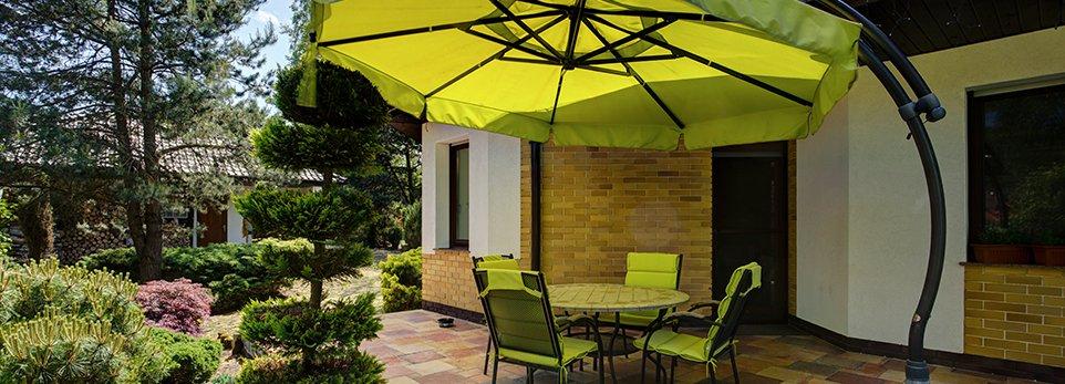 Giardino con tavolo e ombrellone verde