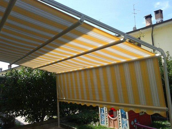 tenda parasole bianca e gialla