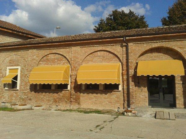 costruzione con tende gialle