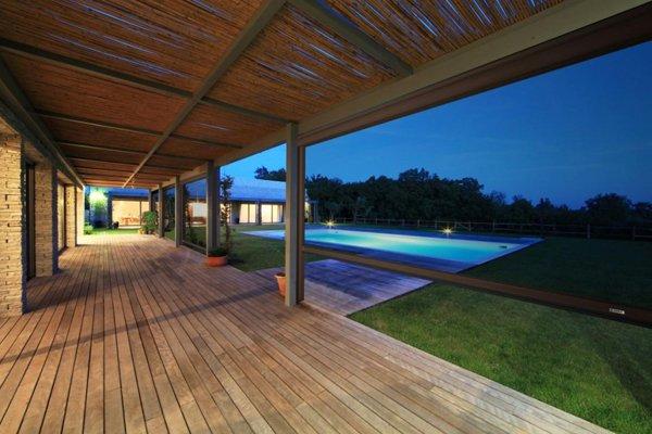 vista sulla piscina di notte
