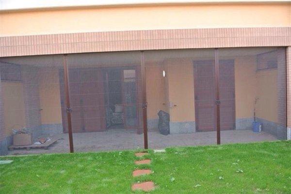 vista frontale di una casa con tapparella avvolgibile  e sentiero