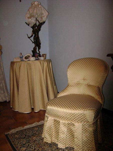 poltrona e tavolo con copertura dorata