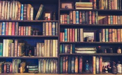 una libreria in stile vintage con libri