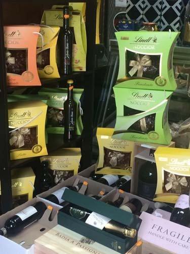 assortimento cioccolato Lindt alle nocciole e vino