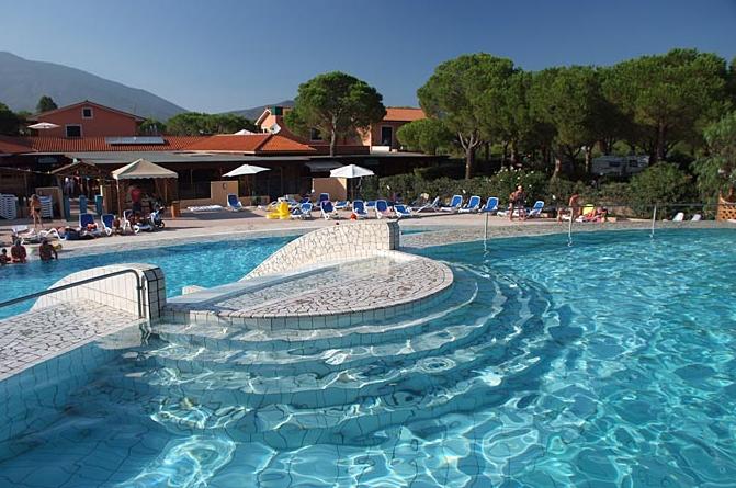 piscina fronte ristorante