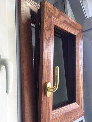 una finestrella in legno con maniglia dorata