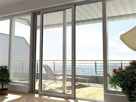 delle finestre scorrevoli con vista del mare