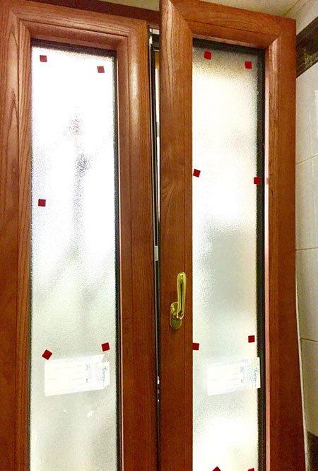 due finestre in legno con dei pannelli in vetro