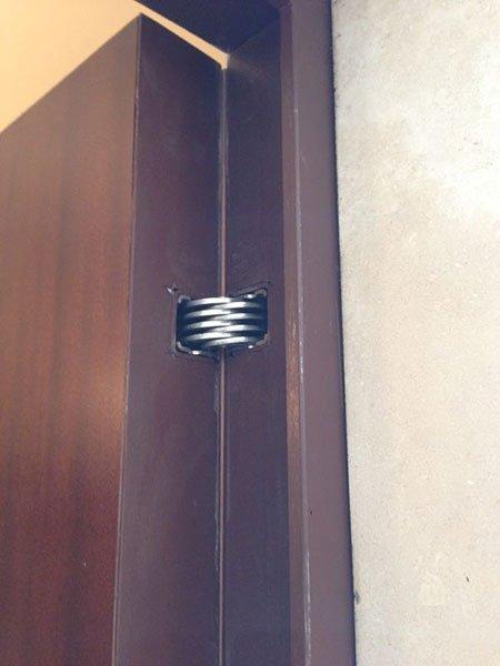 una cerniera in metallo di una porta