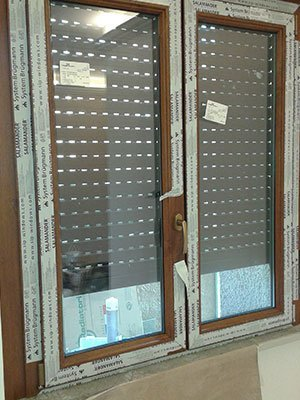 una finestra in PVC e legno
