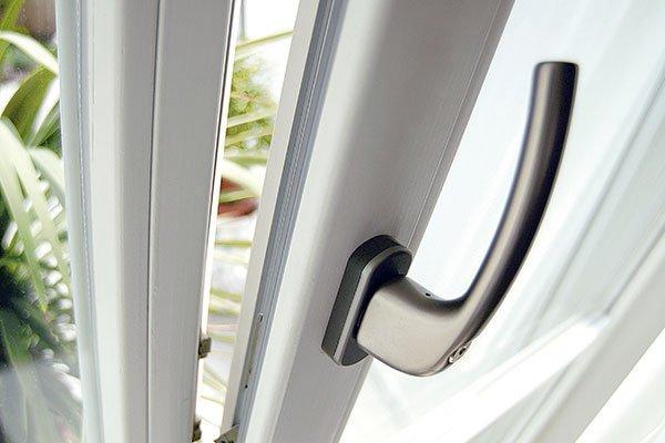 una finestra in PVC e vista della maniglia