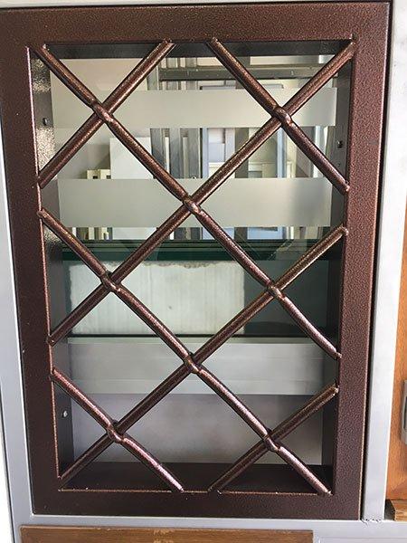 una finestra con delle griglie
