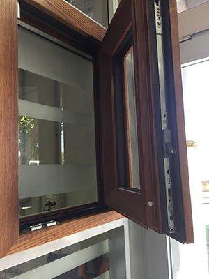 una finestrella in legno aperta